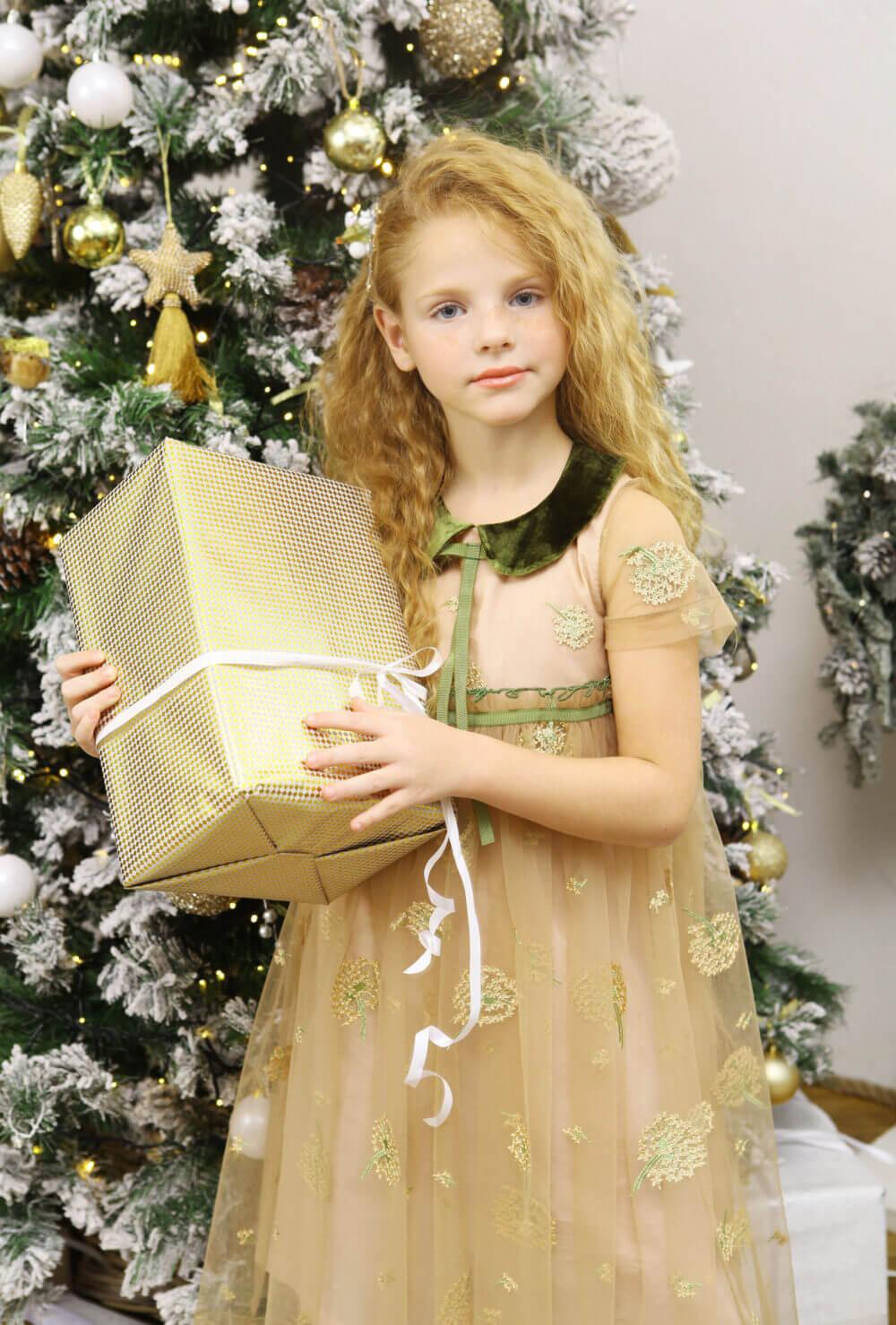 платье для девочки с зелёным воротничком