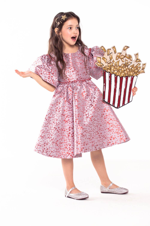 Пыльно-розовое платье с россыпью красных звезд